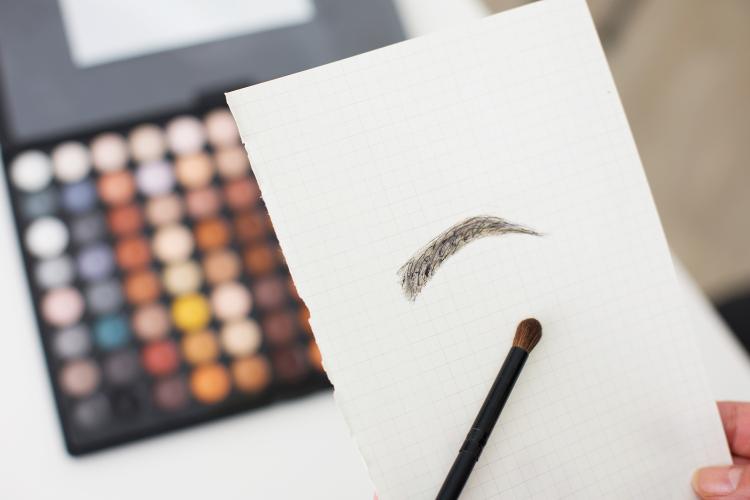 眉毛のイラストイメージ