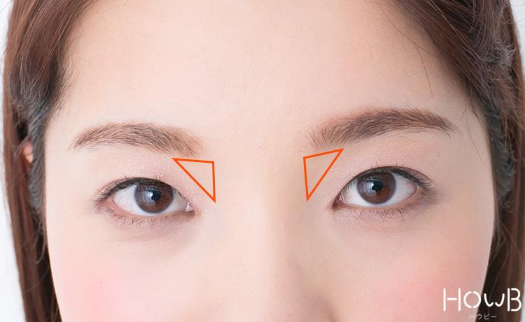 ノーズシャドウのプロセス 眉頭の下の凹んだ部分にシャドウをいれる 顔アップ