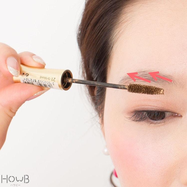 ガーリーふんわり眉メイクプロセス マスカラで眉毛を整える