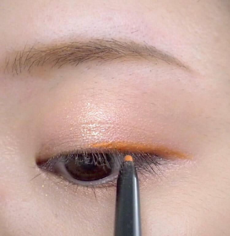 オレンジアイライナーを塗る