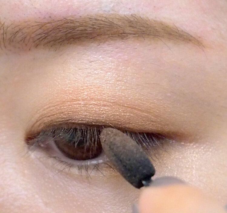 ナチュラルメイクプロセス 締め色を黒目の上に入れる