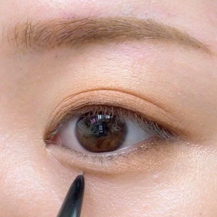 ナチュラルメイクプロセス アイブロウペンシルで涙袋の下の影になるところに線を描く