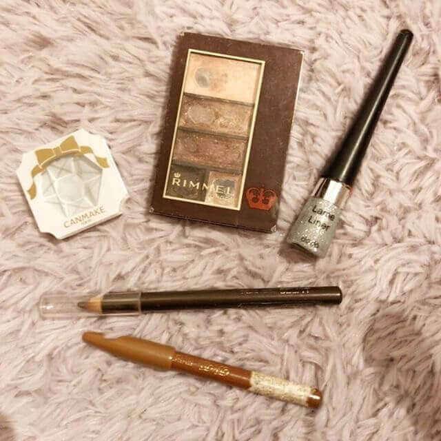上右:dodo ラメライナー ¥533(税抜)、上中:RIMMEL ショコラスイートアイズ 、上左:CANMAKE クリームハイライター、中:SELFIT アイラインペンシル、下:BiBo アイブロウペンシル