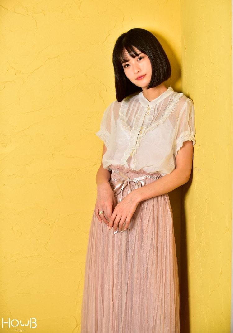 横田ひかる全身 白トップスとピンクのスカート