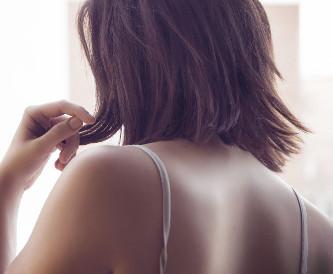 女性の背中の画像