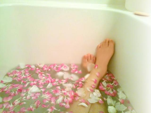 花びらを浮かべた半身浴のイメージ