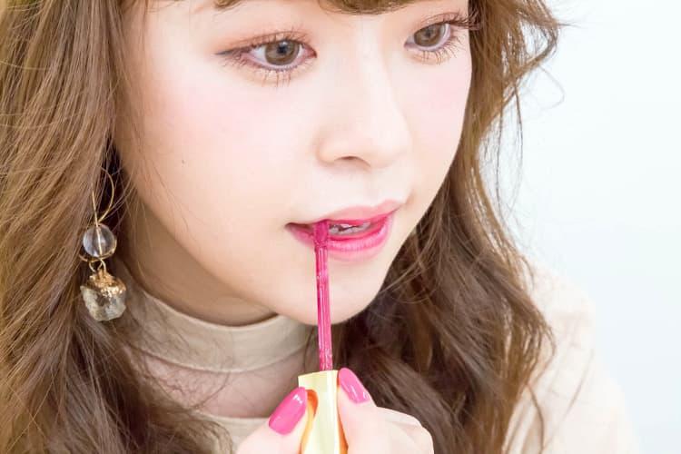 グラデリップのプロセス リップを上下唇の内側にのせる