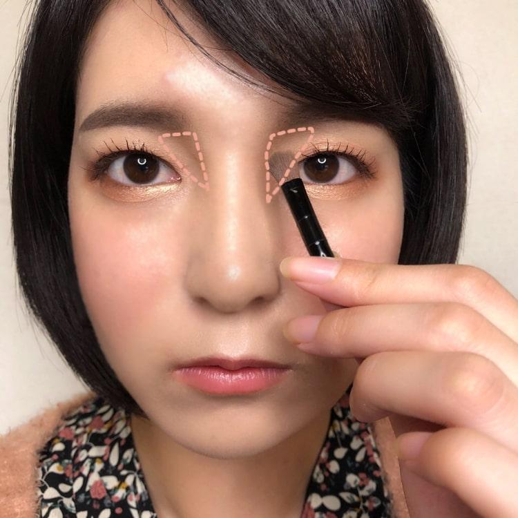 美人鼻メイクのプロセス アイブロウのAとBを鼻の付け根に塗る