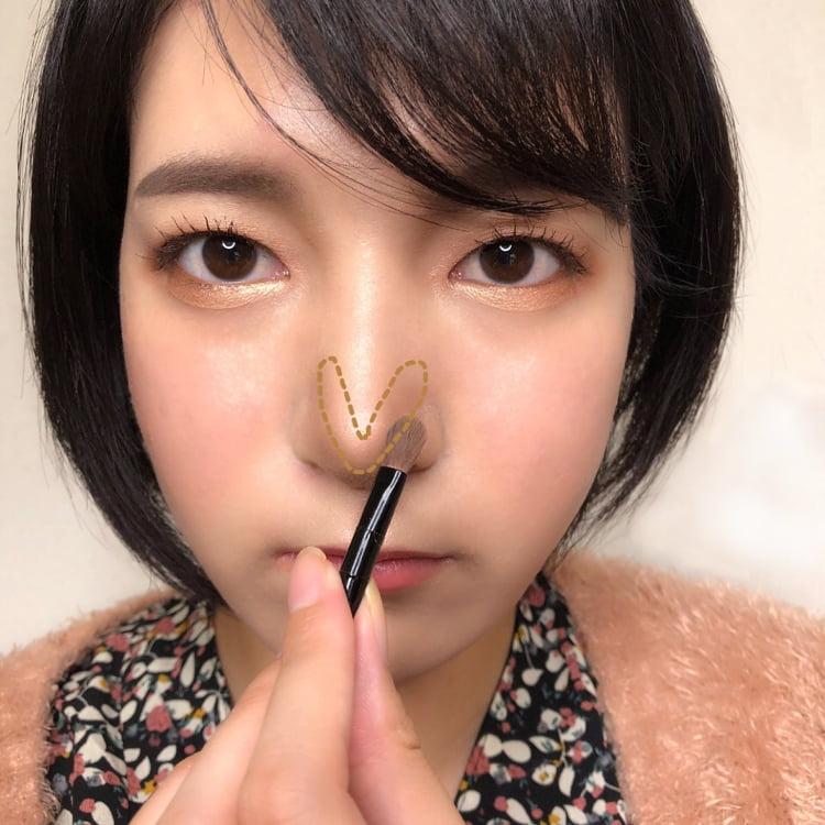 美人鼻メイクのプロセス 鼻先にノーズシャドウをV字に塗る