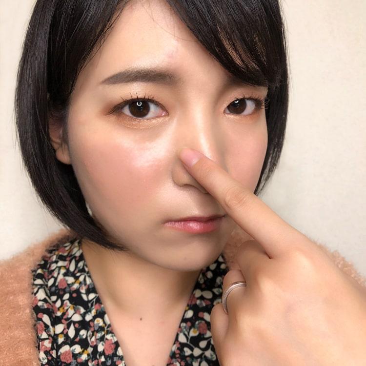 美人鼻メイクのプロセス 塗ったノーズシャドウをぼかす