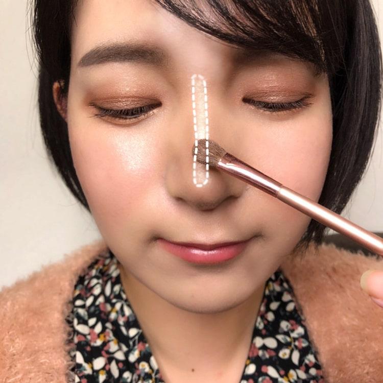 美人鼻メイクのプロセス 鼻筋にハイライトを細く塗る