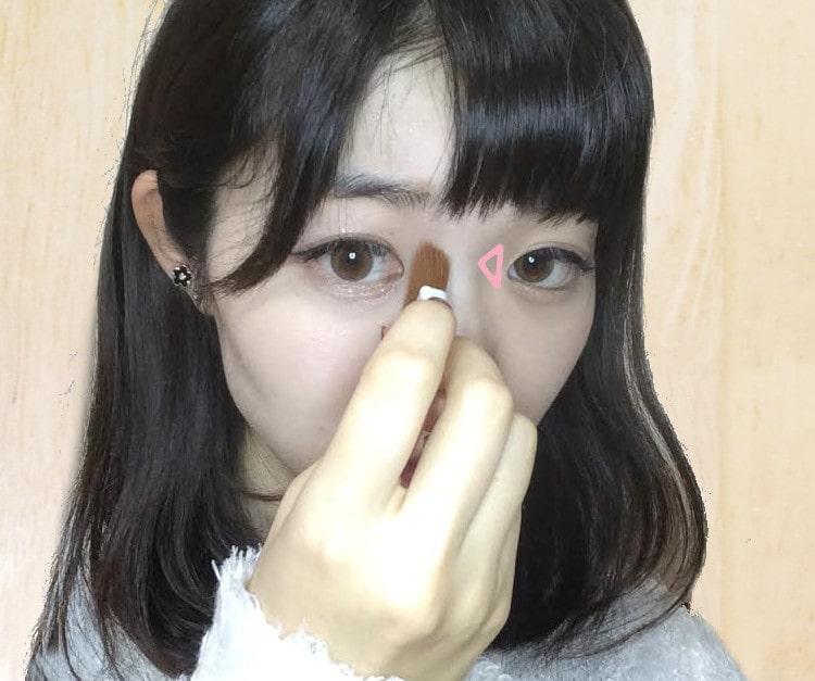 コントゥアリングメイクのプロセス 目頭と鼻筋の間にハイライトを入れる
