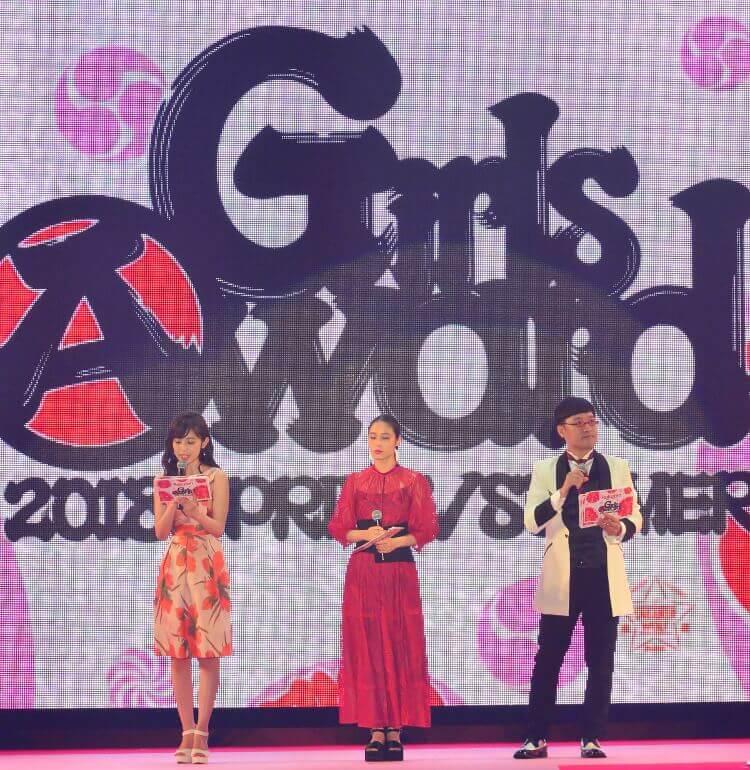 ガールズアワードのステージ写真 司会の久慈暁子さん 広瀬アリスさん 山里亮太さん