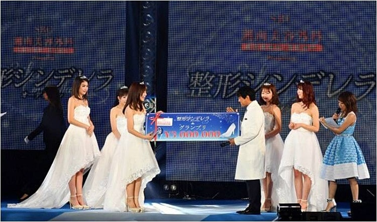 第1回整形シンデレラオーディション受賞シーン ステージ写真