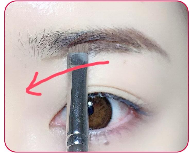 ベーシック眉のプロセス パウダーを使って隙間の部分を埋めていく
