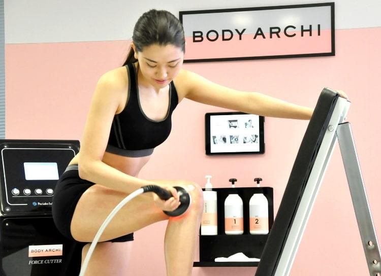 BODY ARCHIの個室イメージ セルフでボディケアをするモデル