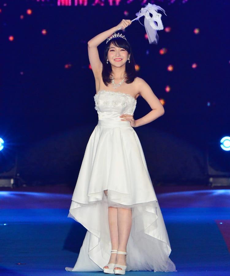 太田佑佳さん 全身 笑顔