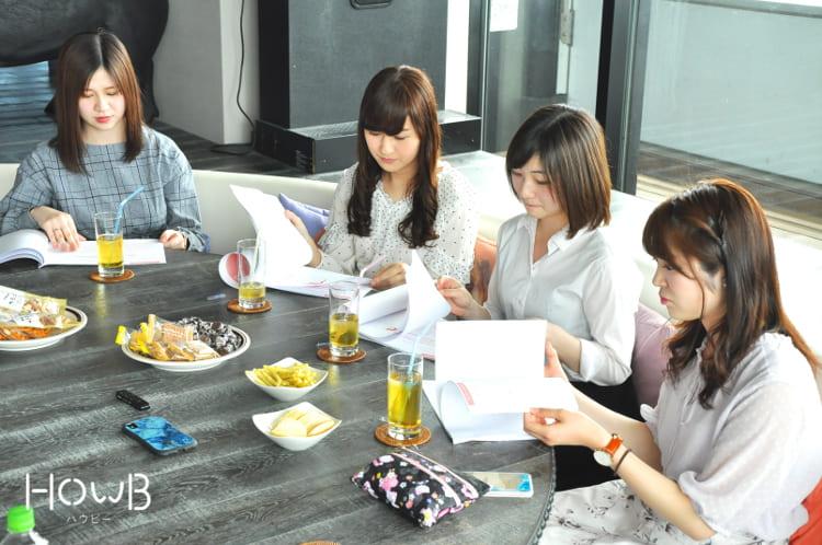 資料を読むれいぽむ、彩佳ちゃん、京香ちゃん、Airiちゃん