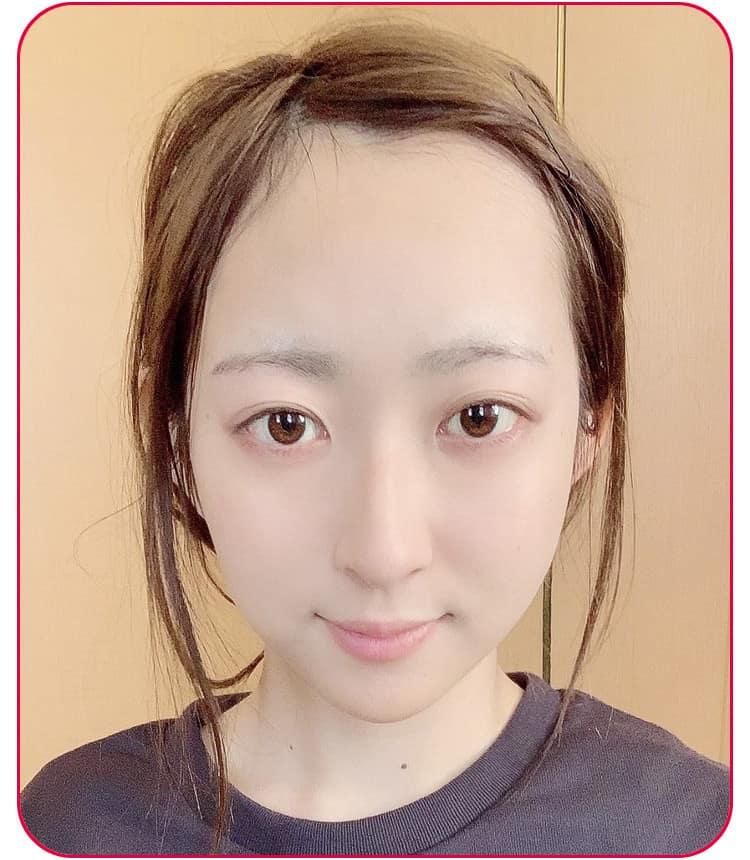 立体小顔メイクのプロセス パウダーを顔全体にはたく 顔アップ