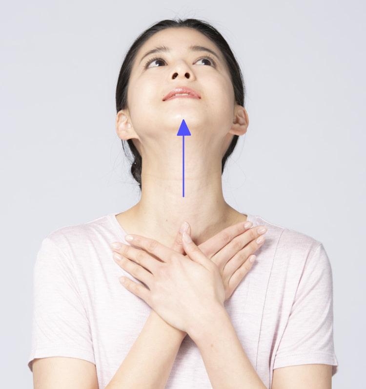 首前のストレッチ あごを出して上を向き、口を閉じる