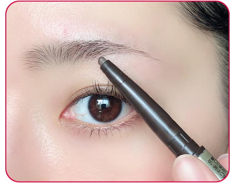 太め平行眉メイクのプロセス アイブロウペンシルで眉を描く 目元アップ
