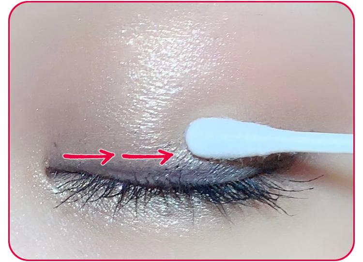 アイメイク直しのプロセス 乳液を含ませた綿棒で汚れを落とす 目元アップ