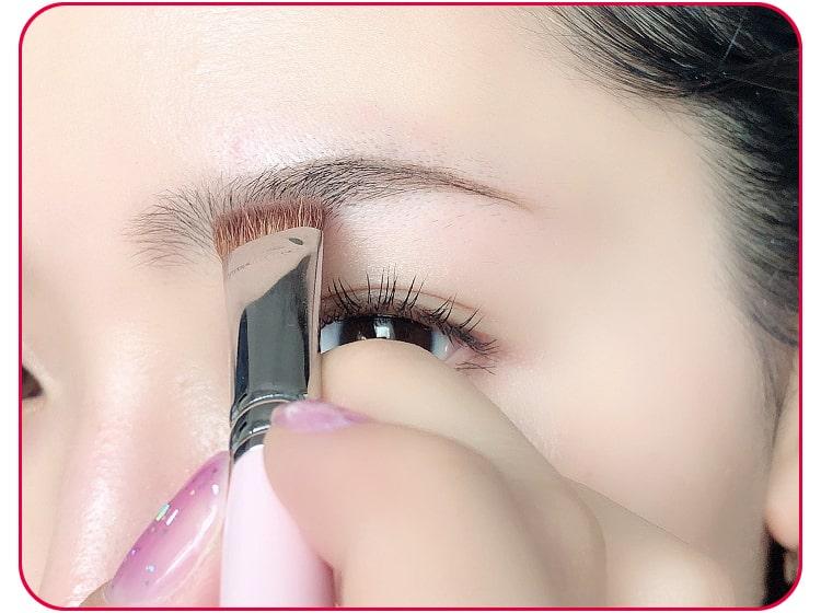 太め平行眉メイクのプロセス アイブロウパウダーで眉に色をつける 目元アップ