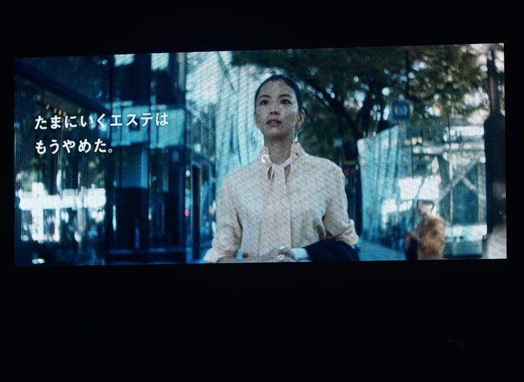 会場のスクリーンに映される矢野未希子さん