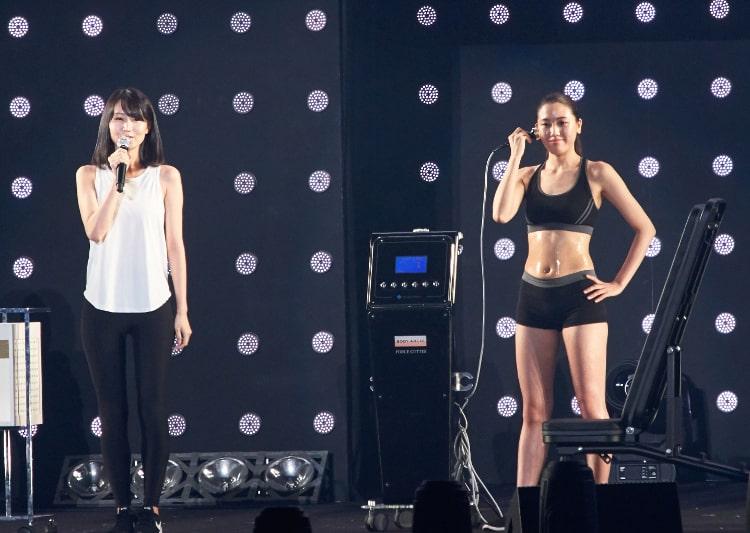 ボディアーキ表参道店 店長の手塚梨花さんとフォースカッターを使用している実演トレーナーの荒井柚衣さん