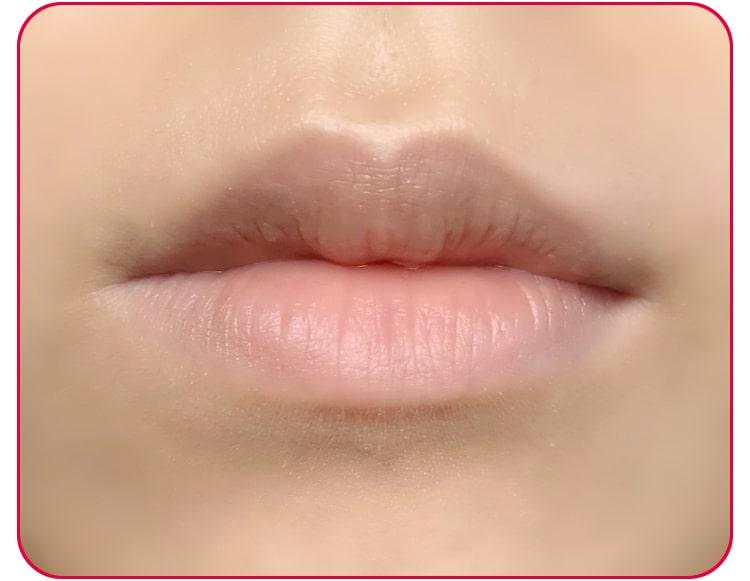 赤リップメイクのプロセス ファンデーションを唇にのせる 口元アップ