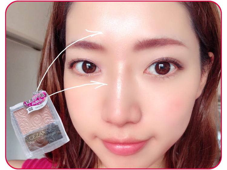 立体感メイクのプロセス 額と鼻筋の上部にハイライトをのせる 顔アップ
