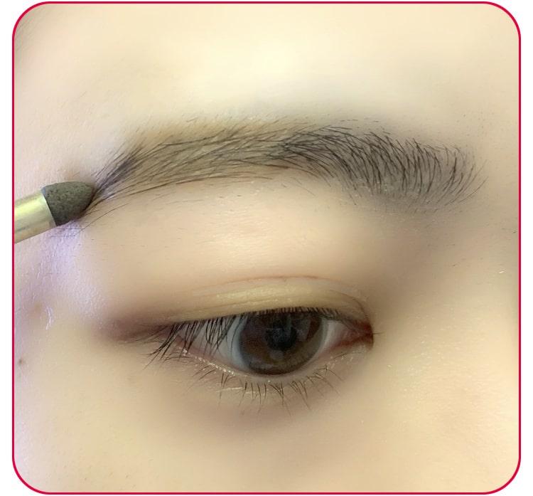 3分メイクのプロセス アイブロウパウダーと眉マスカラを塗る 目元アップ