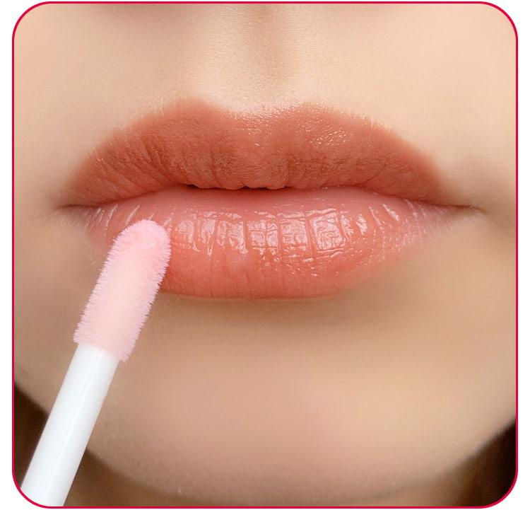 クリスマスデートメイクのプロセス リッププランパーを唇に塗る 口元アップ