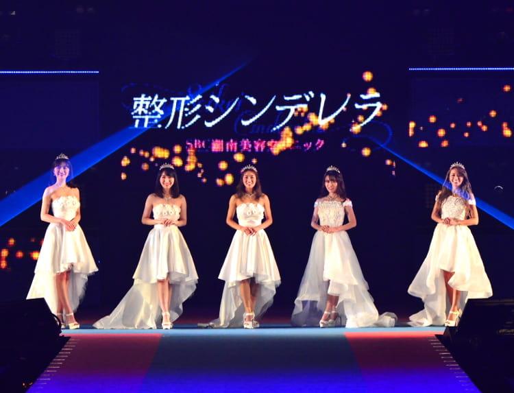 第4回整形シンデレラオーディションのステージ。右から2番目が尾上さん、真ん中が山田さん。