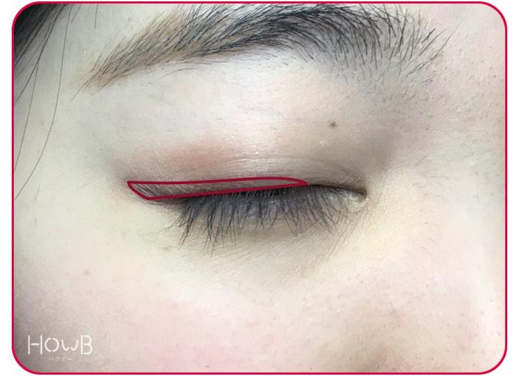 黒目上から目尻に締めラインを塗る