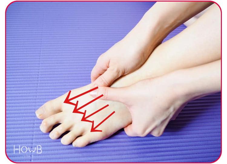 足の甲をマッサージ