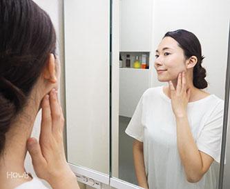 永松さん 鏡を見る