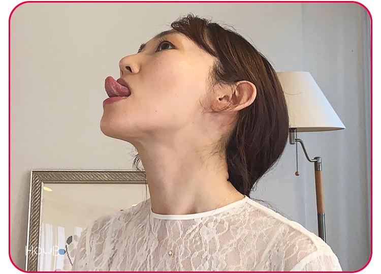 上を向いて舌を出す