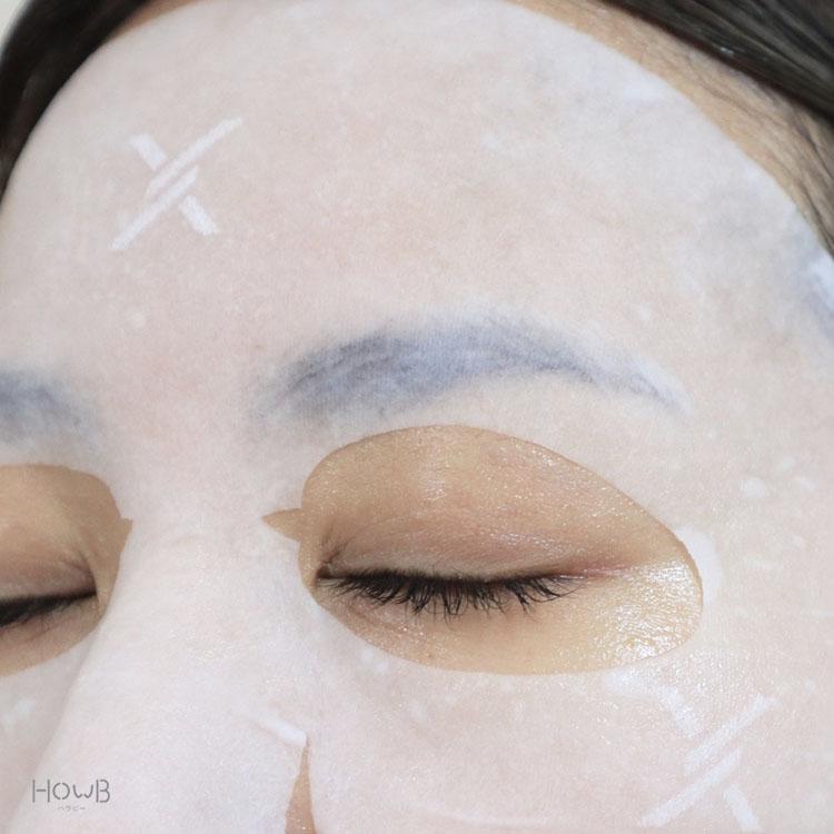 クリームマスクを顔に貼る