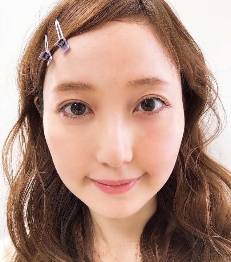 星奈モモ 右半顔にミネラルファンデーションとパウダーを塗った後 顔アップ